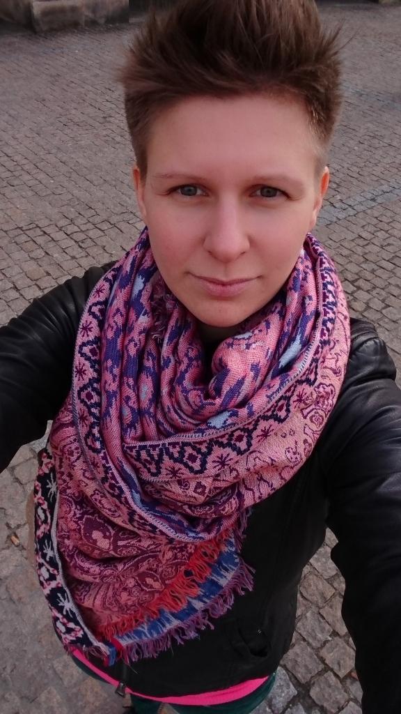 Anna Kalisz - Mama trójki dzieci. O ciąży i porodach rozmawia z kobietami codziennie w swojej pracy i prywatnie, bo uważa, że to ważne. Ubolewa, że jej mąż nie chce na ten temat rozmawiać przy rodzinnych posiłkach. Nie ubolewa nad tym, że ma wiecznie nieumyte okna i gary, bo uważa, że to akurat nieważne
